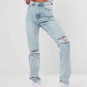 Skitsnygga slutsålda jeans från missguided. Plagget ligger kvar i sin förpackning varken öppnad eller använd (köpte två olika storlekar och behöll en). Ser ut exakt som på bilden och passar en S/M beroende på önskad passform. Säljer för 400kr ink frakt.