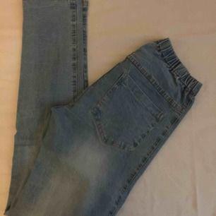 Jeans med mycket stretch och hög midja. Väldigt sköna, minns inte vart jag köpte de. Liknar mom jeans! Använda en gång, därav priset. 100 kr ink frakt.