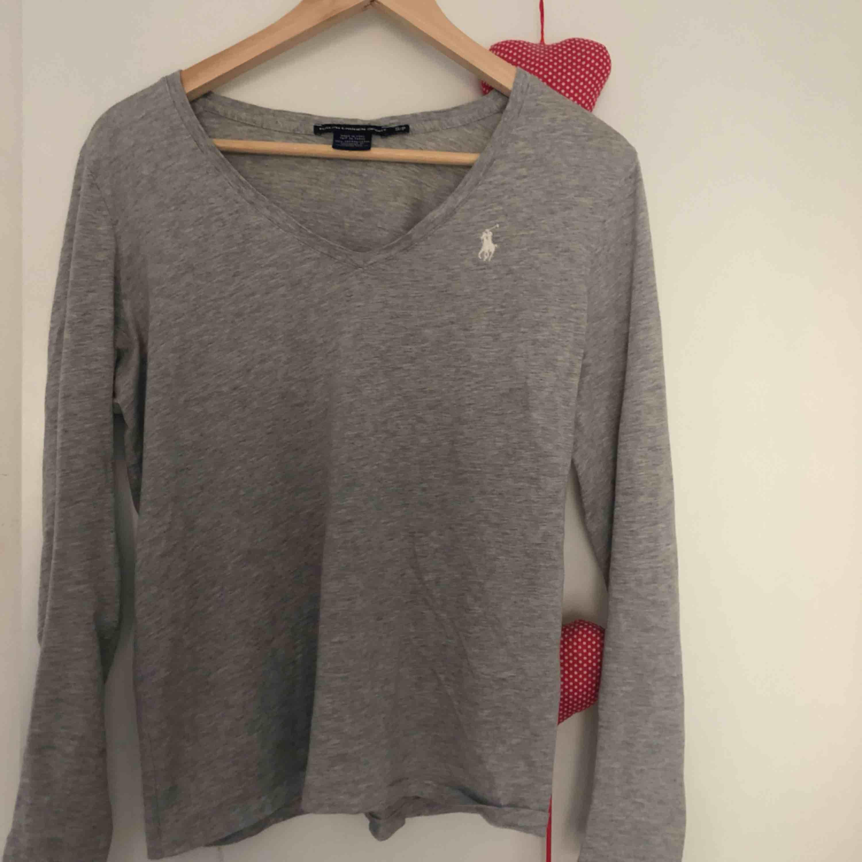 Långärmad v-ringad tröja från Ralph Lauren! fint skick☺️. Tröjor & Koftor.