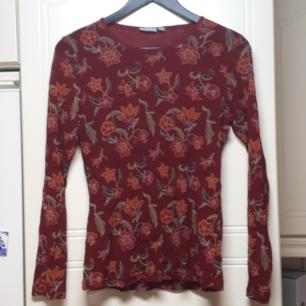 Mesh-tröja Ärmarna genomskinliga medans självaste tröjan har två lager.  Kan skicka för en extra fraktkostnad