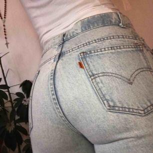 Snygga Levis jeans i riktigt jeansmaterial. Dom är i använt men fint skick. Jag är 166 å dom är lite för långa på mig