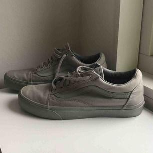 Superfina gråa skor med lite glittrig sula. I bra skick och endast använda ett fåtal gånger. Köparen står för frakten:))