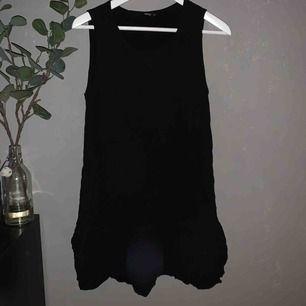 Supersöt klänning från Only. Volang nertill, svårt att få med det på bild bara :( Väldigt fin att ha under en stickad tröja. Blir som en kjol då🥰 frakten tillkommer