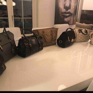 Alla väskor är äkta!! Skriv för fler bilder! Kom privat om ni vill veta priset för väskan du vill ha! PS dem flesta väskor med följer långt band