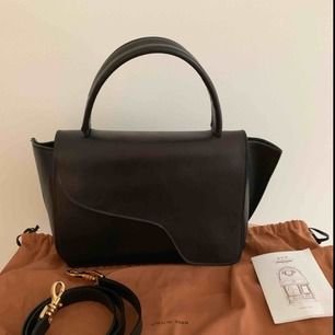 Väska i äkta skinn från ATP atelier i modellen arezzo i svart. Väskan är endast använd i ca en månad och är i fint skick. Nypris ligger på ca 4000. Storlek ca 34 x 17 x 9 cm. Extra rem och dustbag medföljer.