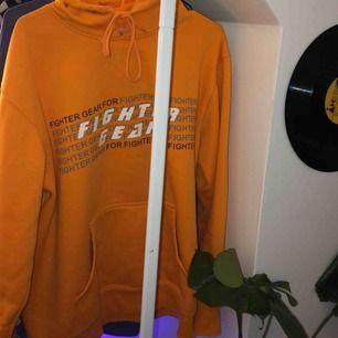 Svin ball orange hoodie, köpt secondhand därav lite sliten, storlek M men jag tycker mer en oversized xs, har ni mer frågor eller vill ha mer bilder är det bara att fråga, säljer då jag tröttnat på den💞💞💞
