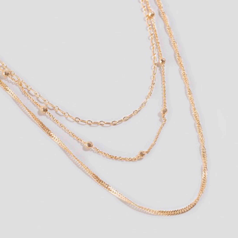 3 super fina guldhalsband från Na-kd. Säljer pga. Jag inte använder dem 💛. Accessoarer.