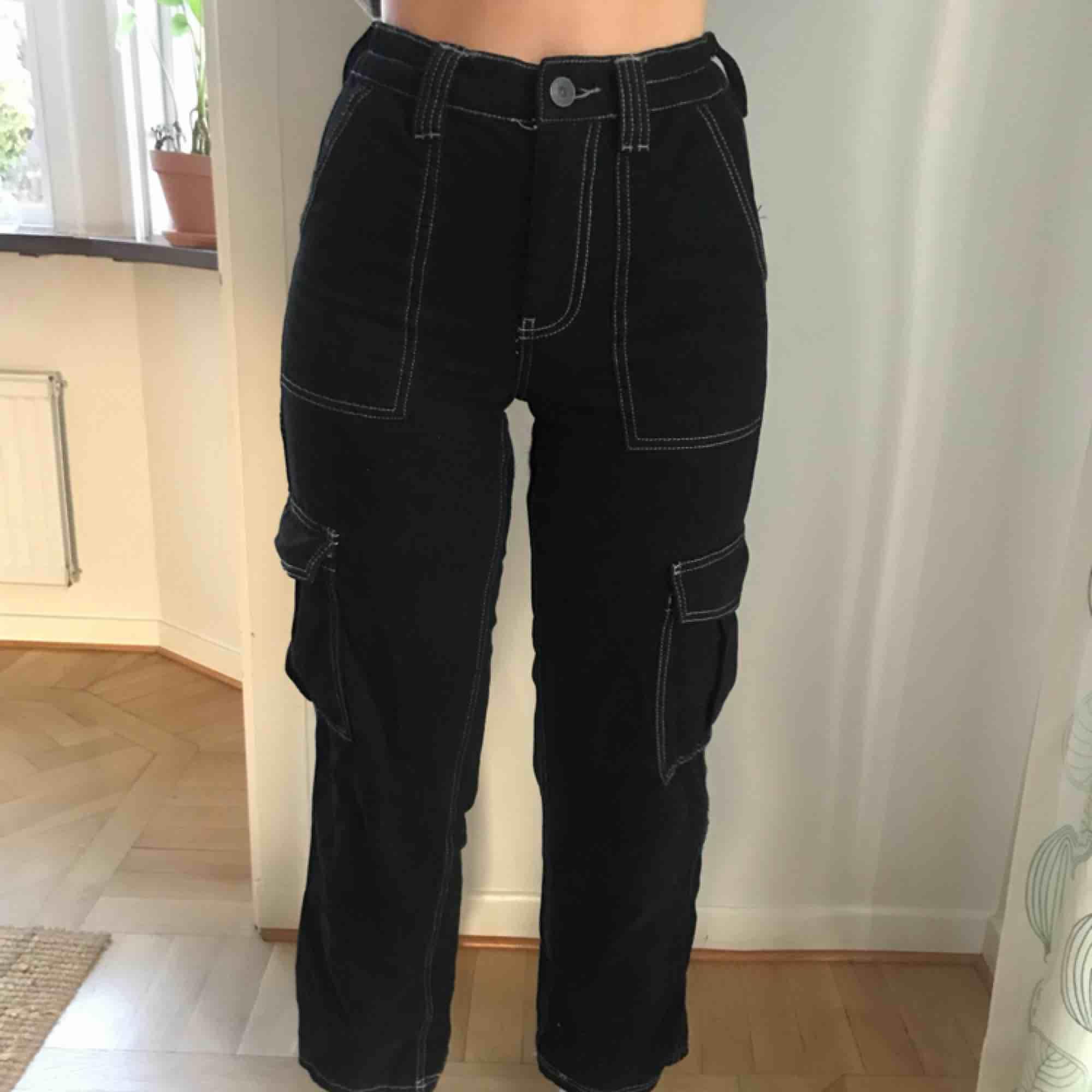 Så sjukt snygga svarta jeans med vita sömmar ifrån Urban outfitters! Sparsamt använda och i mycket bra skick. Köparen står för frakt och betalning sker via swish💕. Jeans & Byxor.