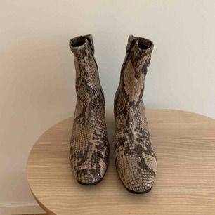 Helt oanvända skor från Tamaris i ormskinnsmönster. Perfekta till höst och vår. Storlek 39.