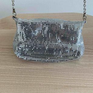 Oanvänd väska från WOS  Perfekt till fest och bal Nypris 600 kr