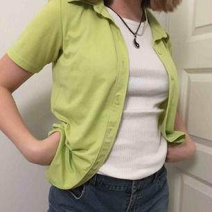 Grön skjorta/blus från Vero Moda köpt second hand! Jag kan mötas upp eller posta men köparen står för frakt!
