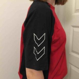 Skitcool t-shirt från hummeli. Används aldrig därför säljs den! Köparen står för frakt, men jag möts även upp!