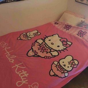 Sötaste Hello Kitty-bäddsetet med ett kuddfodral och ett täcke. Baksidan av påslakanet är helt randigt (som ränderna på kudden) så en kan ha det åt vilket håll en vill.
