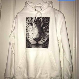 Säljer denna hoodie från the cool elephant. Storlek m, använd en gång. Frakten är inräknad i priset. Skickar bild på paketet! Vill bli av med den så första får den!