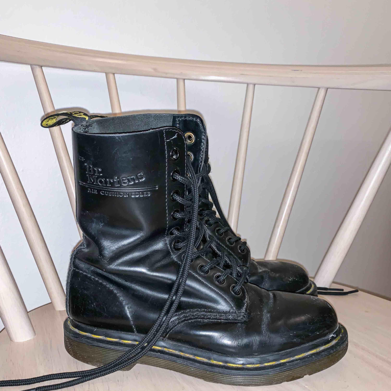 Säljer ett par Dr Martens som jag inte använt på ett år. De är i storlek 36 och jag har nyligen bytt skosnörena. Nypris 1800kr. Köpte dem på Dr Martens officiella hemsida.. Skor.