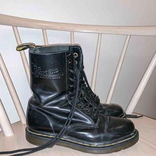 Säljer ett par Dr Martens som jag inte använt på ett år. De är i storlek 36 och jag har nyligen bytt skosnörena. Nypris 1800kr. Köpte dem på Dr Martens officiella hemsida.