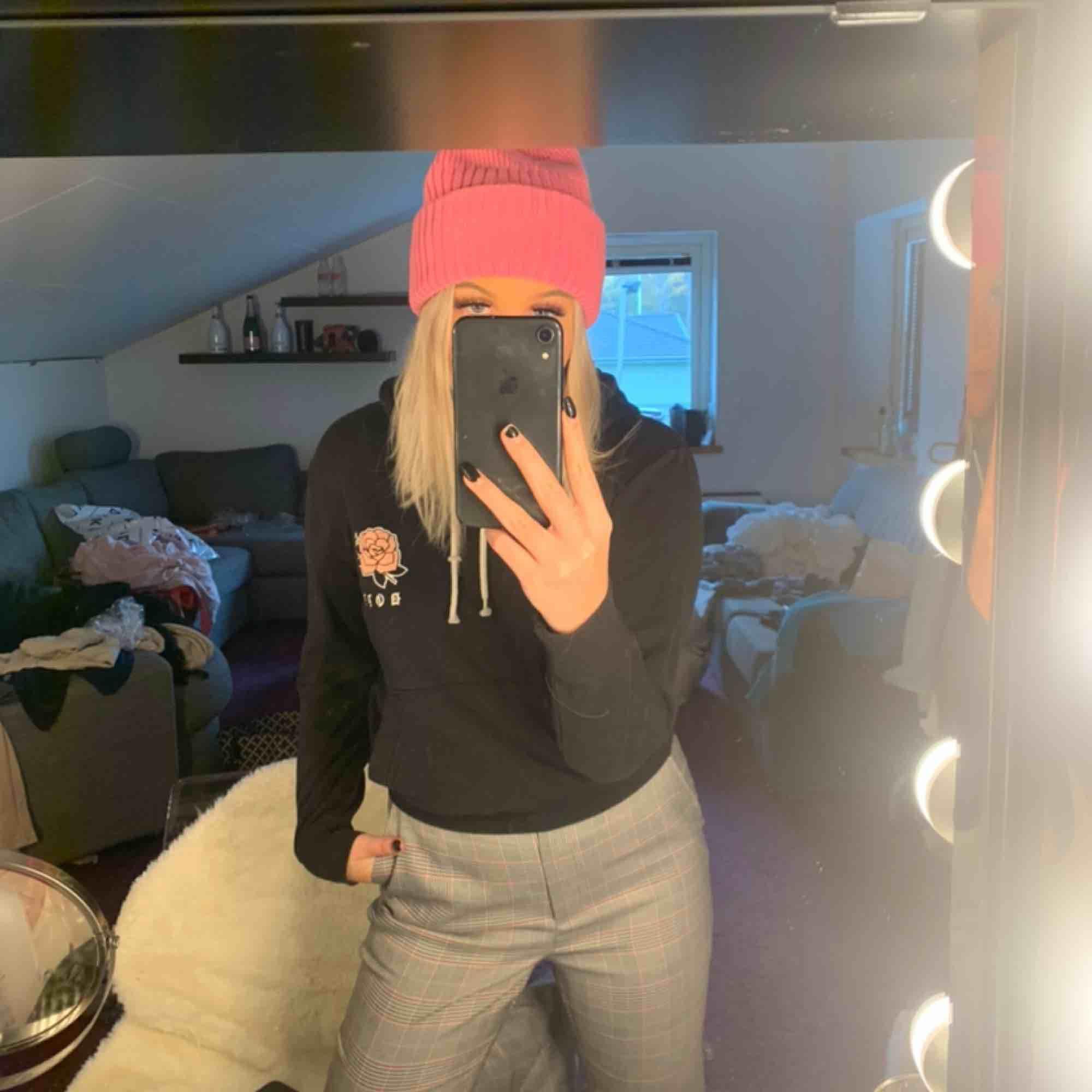 Svart dope hoodie med tryck på ryggen & vid bröstet, köpt på ridestore förra året. I gott skick men trycket där back har spruckit lite men inget som syns. Kan fraktas men köparen står för frakten ❤️. Huvtröjor & Träningströjor.