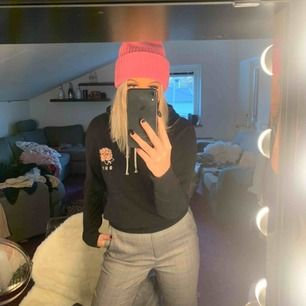 Svart dope hoodie med tryck på ryggen & vid bröstet, köpt på ridestore förra året. I gott skick men trycket där back har spruckit lite men inget som syns. Kan fraktas men köparen står för frakten ❤️