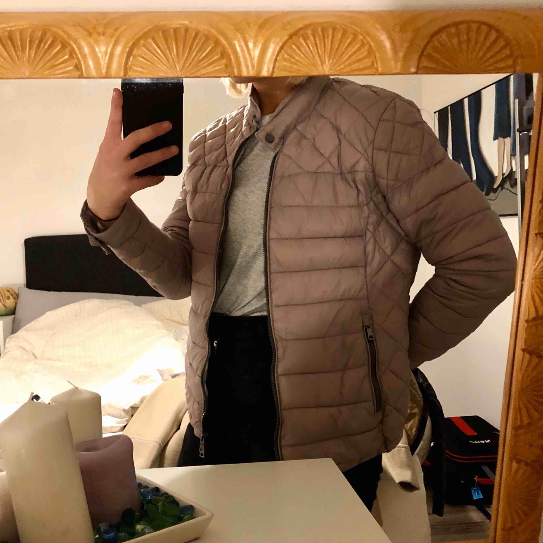 Oanvänd jacka från Newyorker. Fin pastell-lila färg. Jackor.