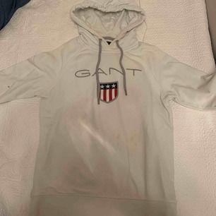 Vit Gant hoodie använd fåtal gånger med liten foundation fläck på ärmen