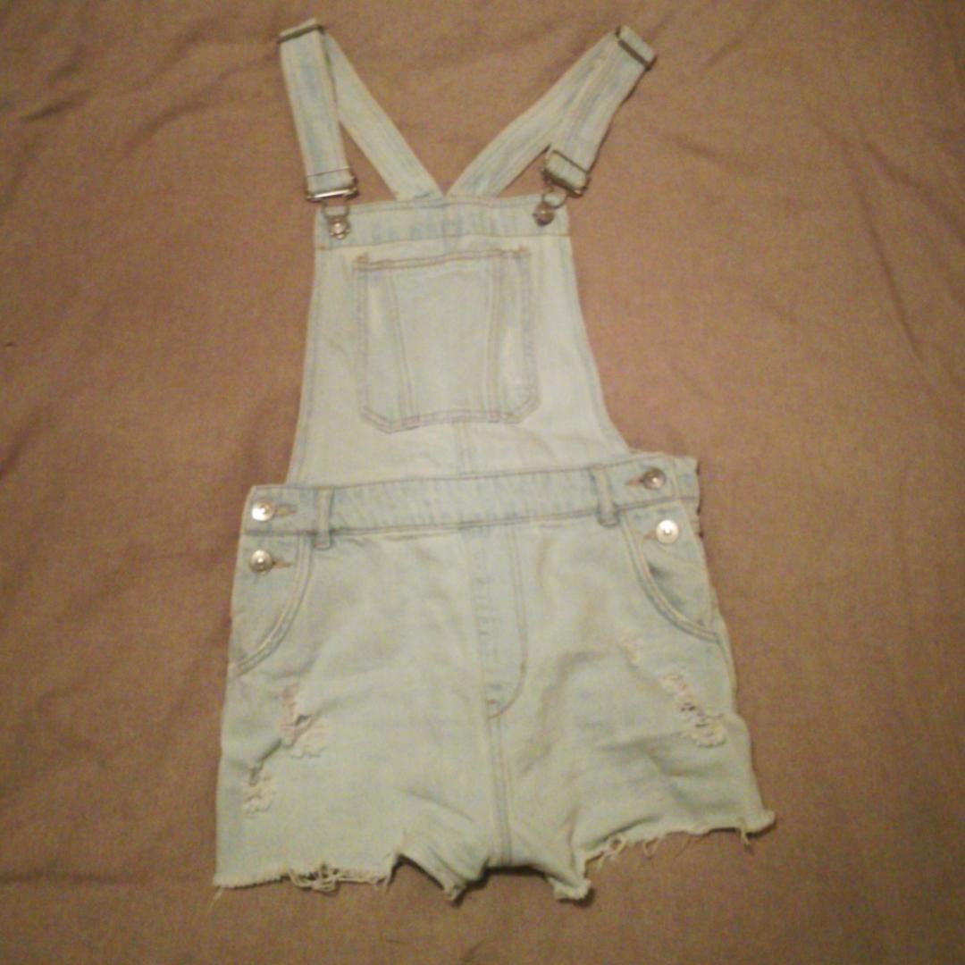 Ljusblåa hängselbyxor (shorts) som är storlek S/M. Passar bra till mycket.. Shorts.
