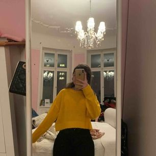 Super cool stickad gul tröja , använd fåtal gånger