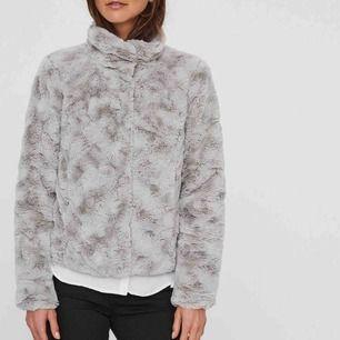 Säljer den här fina pälsjacka än från Vero Moda för 150kr (frakt ingår inte). Ordinarie pris 499kr.