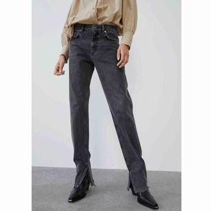 Nästan helt nya jeans från Zara, endast använda 2 skoldagar. Har en slits på innersidan av anklarna. Jättesnygga men köpte en för liten storlek🥵