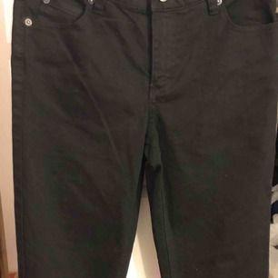 Hej jag säljer ett par skinny black jeans från cheap monday, storlek är W:28 L:34 där av passar inte mig därav för liten och längden. Byxorna är använda ett fåtal gånger.  Kan fraktas men även mötas i Göteborg runt om.