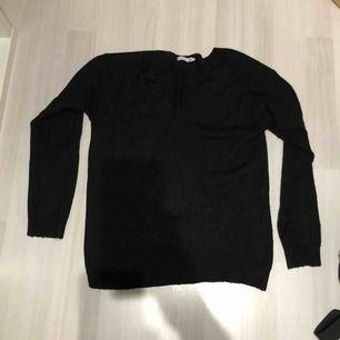 Tunt stickad V-ringad tröja från lager 157 använd 2 gånger