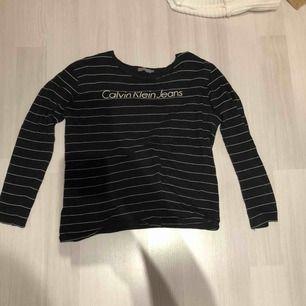 Snygg tröja, i bra skick  skulle säga att den sitter tight som en XL men om man vill ha den oversized passar den dom flesta storlekarna beroende på hur man vill att den ska sitta