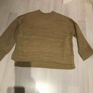 Snygg stickad tröja i modern färg! Endast provad