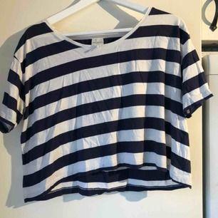 En kort t-shirt från Monki! Skickas ej💗