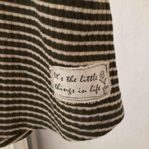 Super snyggt linne med en liten öppning där bak 💗