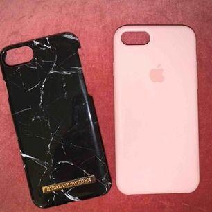 Jag säljer två olika skal. Det svarta är från Ideal of sweden, jättefint skick, 60kr. Det rosa är från Apple. Det är lite sönder i kanten, 20kr. (Båda skalen är äkta) frakt tillkommer. Skalen är till iPhone 6/7/8