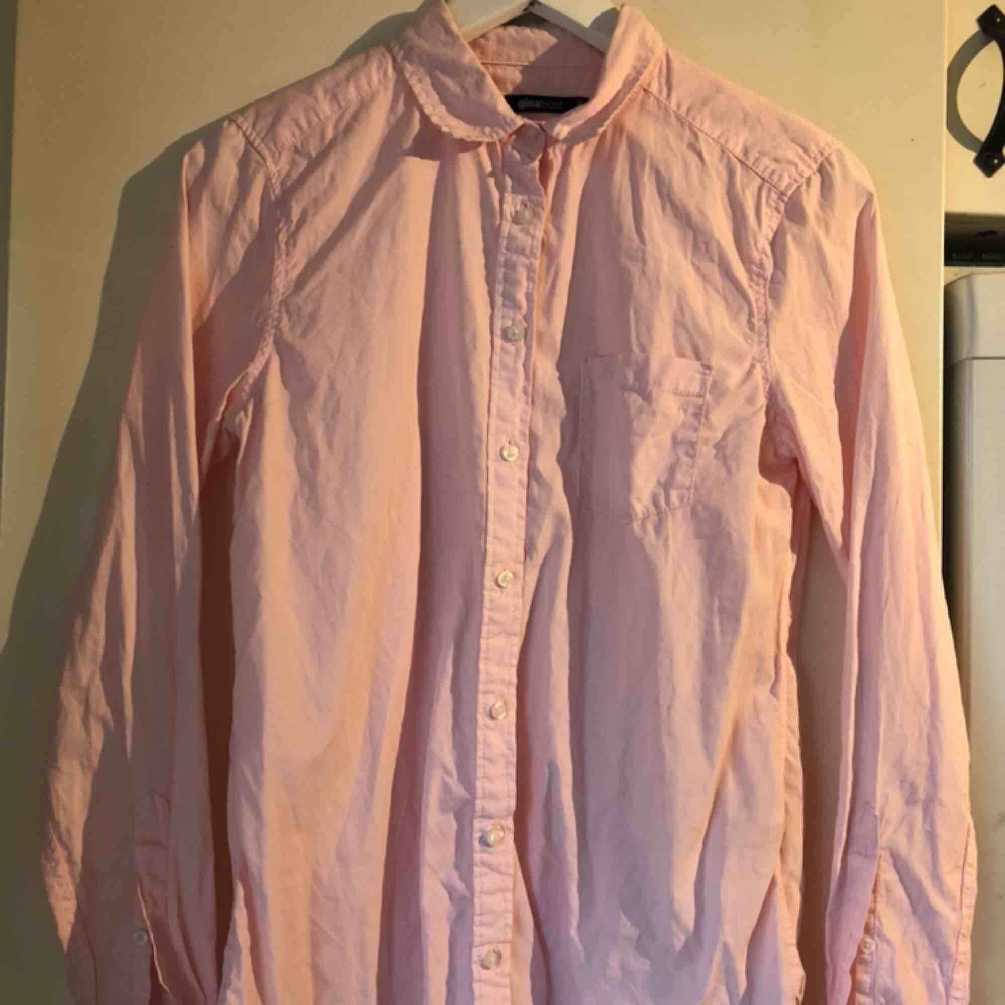 En rosa fin skjorta från ginatricot, bra skick! Skickas ej💓. Kjolar.
