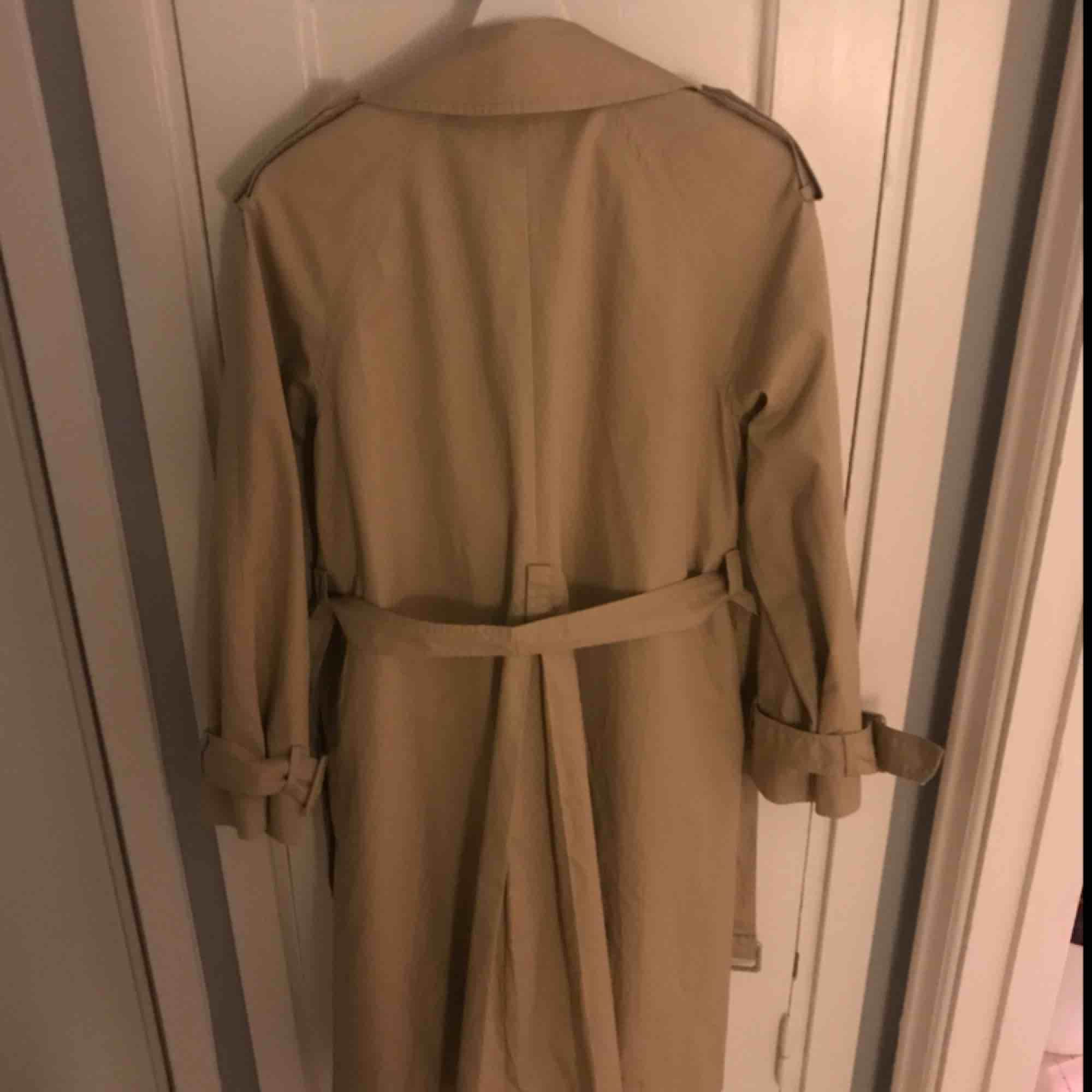Superfintrenchcoat från H&M i storlek 36. Använd ett fåtal gånger då jag hittade en 34a strax efter. Något oversized och superskönt material!   Frakt tillkommer.. Jackor.