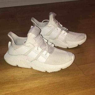 Vita Adidas dam sneakers i strl 37. Använts ett par gånger, nyskick! Kan tvättas i handtvätt i tvättmaskin.