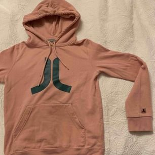 Mysig rosa Wesc hoodie , bra skick säljer den för att den inte passar mig längre