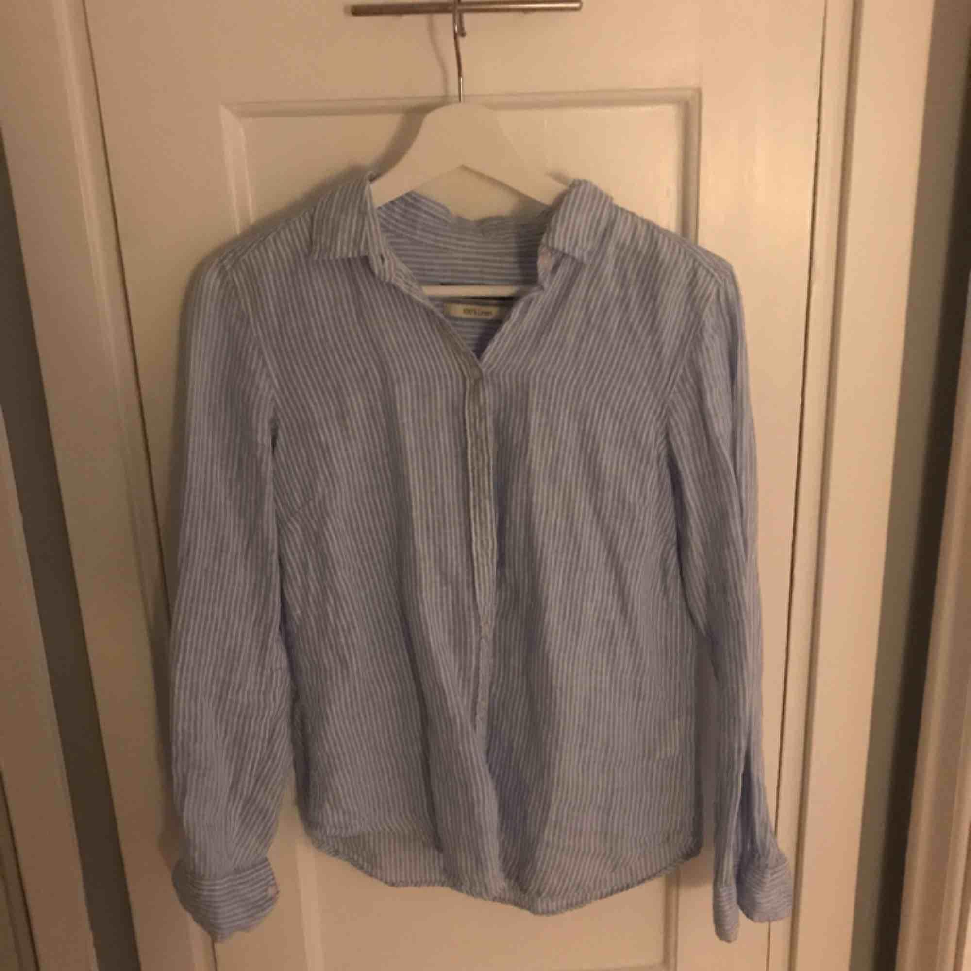 Vit och blå skjorta i 100% linne från Gina Tricot. Jättefint skick!   Frakt tillkommer.. Skjortor.