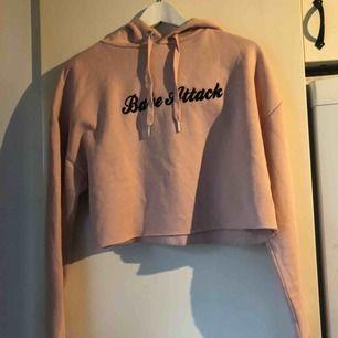En rosa hoodie från h&m, storlek M, aldrig använd! Kort i modellen! Skickas ej💗