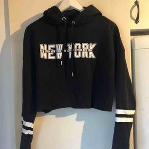 En svart hoodie från h&m, aldrig använd! Storlek M men kort i modellen! Skickas ej!💗