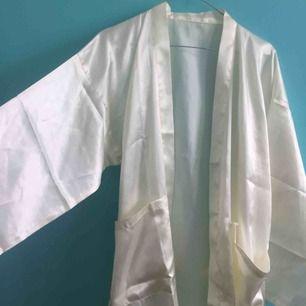 Så fin morgonrock/kimono i satin! Ej storleksmärkt men skulle säga M-L. Jag som har XS-S kan dock ja den också! Väldigt fint skick, som ny!