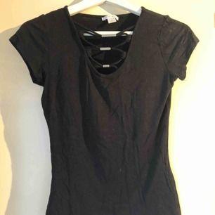 En svart t-shirt men urringning, från Ney Yorker, storlek S! Skickas ej!💗