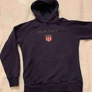 Äkta mörkblå Gant hoodie , använd fåtal gånger  Storlek : 13-14 år / 165 / XS