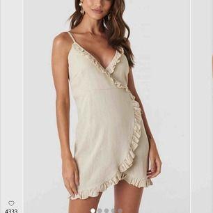 Beige klänning. Helt ny, aldrig använd, säljer pga för liten. Nypris 399.