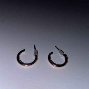 20:- styck eller 30:- för båda!! Små gulliga örhängen från River Island💖 priserna är inklisive frakt!!