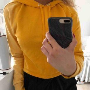Gul/orange cropped hoodie  Knappt använd Storlek S