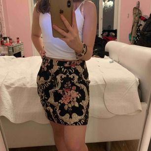 Säljer den här jätte fina kjolen för att den är lite för stor för mig annars är den i perfekt skick och aldrig använd