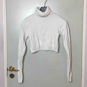 Stickad magkort tröja från weekday